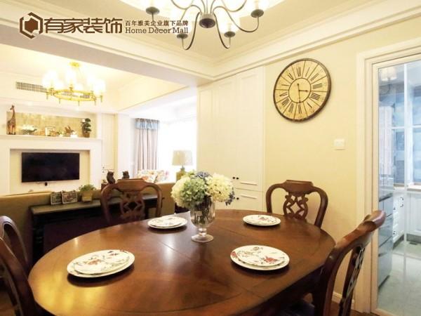 用餐区域被设置在了客厅旁边,正好能摆放下一个四人餐桌的位置。