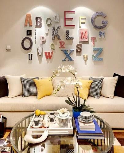 沙发背景墙是业主最为满意的地方,用五颜六色极具个性的字母,这是空间中的起调之笔。