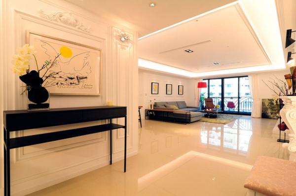 深色家具与浅色墙面、地砖形成强烈对比