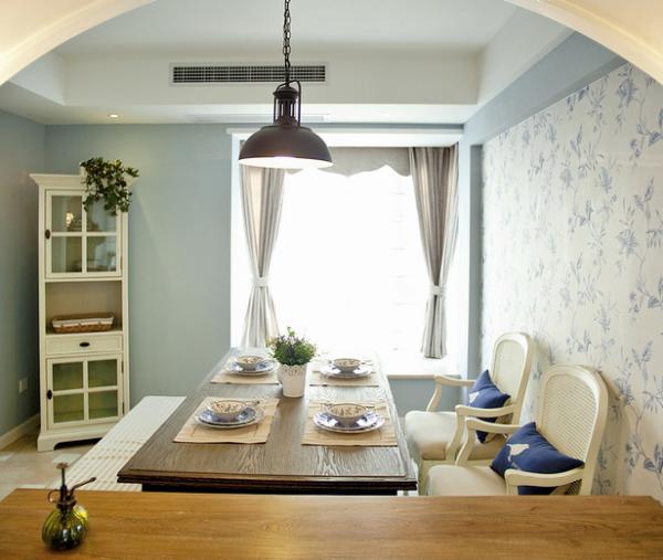 餐厅的布置透着一股小清醒,淡蓝色玫瑰花纹的背景墙衬托着整个区域都呈现出一抹淡淡的蓝。
