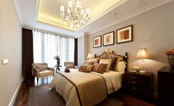 卧室的风格与情调主要不是由墙、地、顶等硬装修来决定的,而是由窗帘、床罩、衣橱等软装饰决定的,它们面积很大,它们的图案、色彩往往主宰了卧室的格调,成为卧室的主旋律。