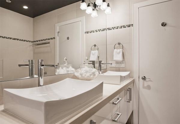 卫生间的装修过程中为了方便色彩的搭配我们可以使用点缀性的瓷砖来铺贴墙面。卫生间的装修中大多数都是使用的白色瓷砖,我们在用白色瓷砖装修的时候可以用墙砖腰线、装饰性的花砖来装饰墙面。