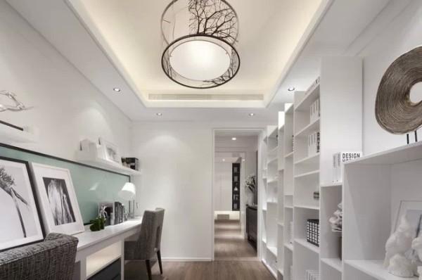 别具一格的储藏室,既满足了储物空间的需要,又开辟出一个供读书、办公使用的区域。悠闲中的一份宁静
