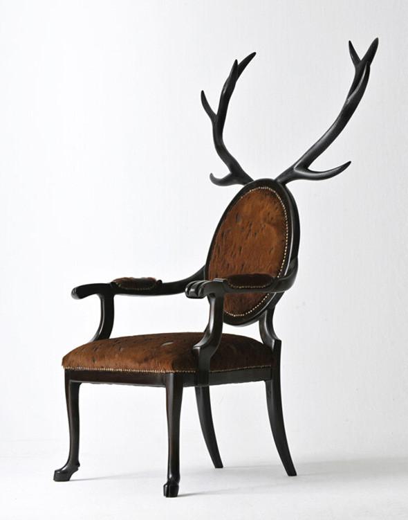 Hybrid 有杂交、混血之意,其灵感来自于神话传说中的亚人类(parahumans),以此命名的椅子自然是野性与神秘并存。设计师本人表示,Hybrid的结构实际上是一个坐着的人的肢体