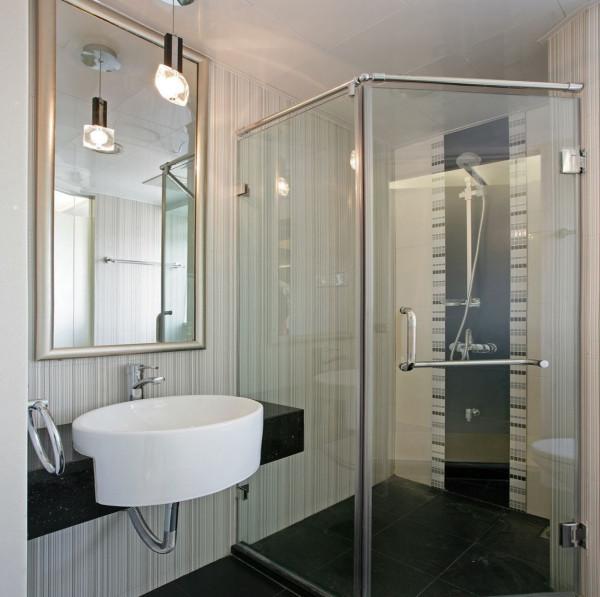 卫生间里容易积聚潮气,所以通风特别关键。选择有窗户的明卫最好。许多人喜欢把管子包得严严实实的,或者干脆在洗手台下面做个储物柜,结果潮气被包在里面散不出去,很不卫生。