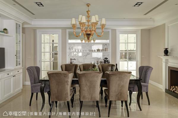 依照母亲的喜好,挑选餐桌椅及餐厅吊灯,而考虑年轻夫妻期待的纯净与典雅,设计师特别保留与整体呼应的美式色系和线条,让较为成熟的家具款式,能够与空间融合。