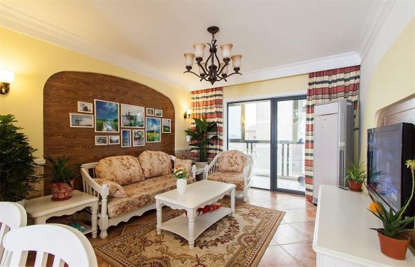 """田园风格的客厅可以通过绿化把客厅空间变为""""绿色空间"""",心平近自然,谁解其中味?这就是田园风光的无穷魅力,而它带给人们的另一个现实的好处,就是不用赶时髦,不必担心落伍。"""