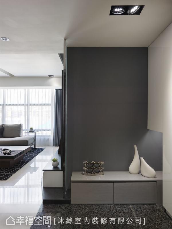 黑色石材的天然纹理,与墙面及柜体的深浅变化,共同围塑出内敛简约的第一印象。