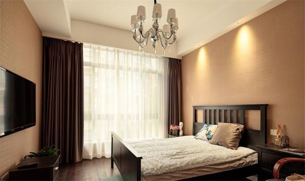 使用要方便。卧室里一般要放置大量的衣物和被褥,因此装修时一定要考虑储物空间,不仅要大而且要使用方便。床头两侧最好有床头柜,用来放置台灯、闹钟等随手可以触到的东西。