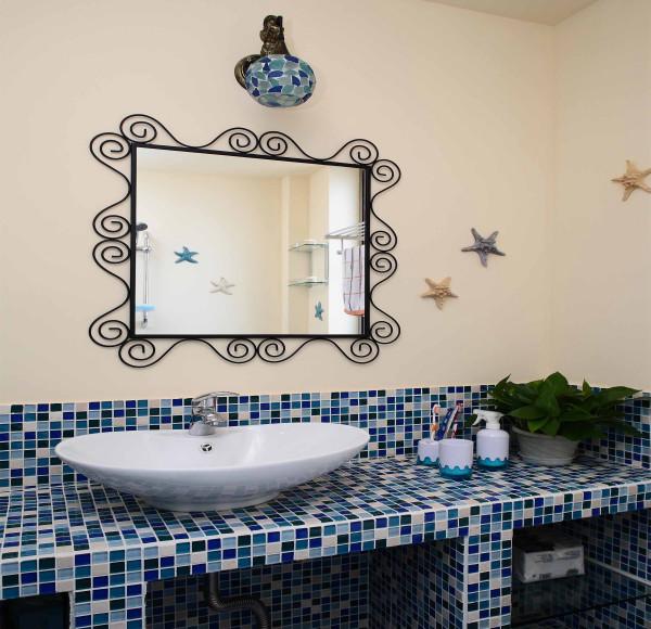 为什么卫生间的墙就要光秃秃的?装饰画可以调节气氛,减轻人在卫生间里的孤独感和压抑情绪。放几幅心爱的画或照片在墙上,这里就不再是一个单调乏味的卫生间,而是包含着你生活经历的一个房间