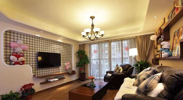 客厅要实用,就必须根据自己的需要,进行合理的功能分区。如果家人看电视的时间非常多,那么就可以视听柜为客厅中心,来确定沙发的位置和走向;如果不常看电视,客人又多,则完全可以会客区做为客厅的中心。
