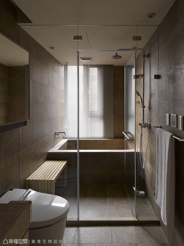 淋浴间内摆放桧木椅,在家就能享受疗愈身心的蒸气浴