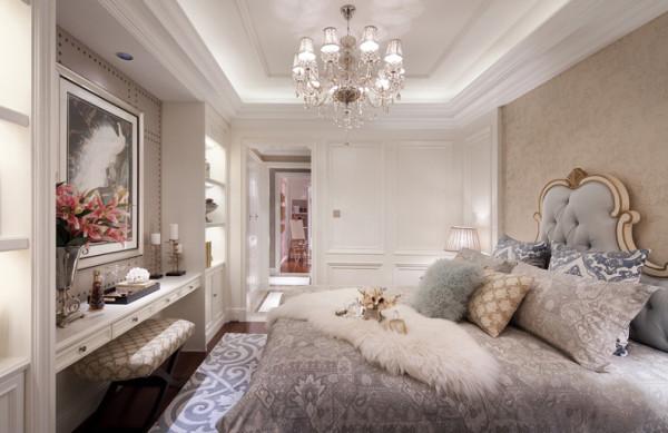 融合欧式铆钉元素设计的墙面,使原本单调的梳妆台墙面,也有了一丝异国风情。
