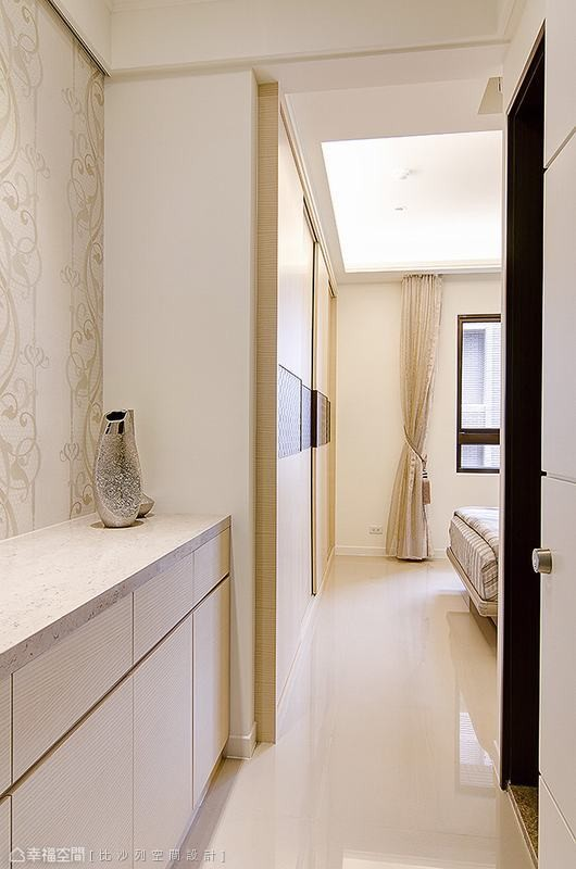 顺应动线的一字型柜体安排,以高低柜的形式巧妙配合,对比出精采丰富的空间尺度