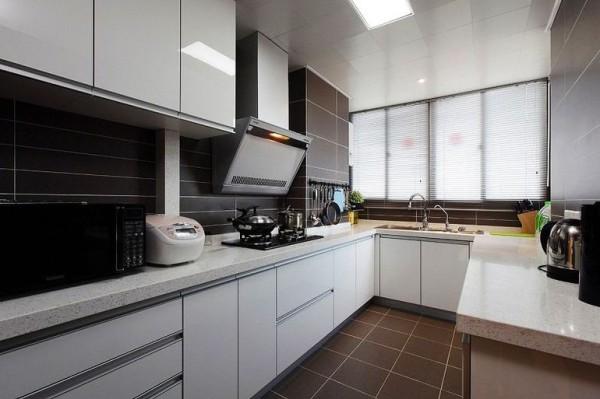 橱柜的烤漆白,地砖的巧克力棕,诱人的颜色。不需要鲜艳的颜色,就能吸引人的眼球,厨房就应该这样嘛!