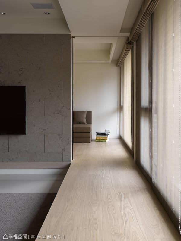 平整的木地板一路延伸入休闲区,电视墙内设有拉门,使之能完全独立运用