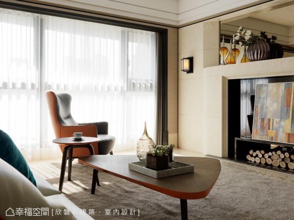 电视主墙以壁炉的样式呈现,除去以往古典繁复的线板,并将比例拉高拉宽,柜子及主墙均使用典雅米黄,其石材的水波纹比较大,在光线的映照下更具质感