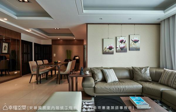 因应屋主挑选的沙发色系,设计师另严选带有棉麻质感的日本壁纸与之搭配