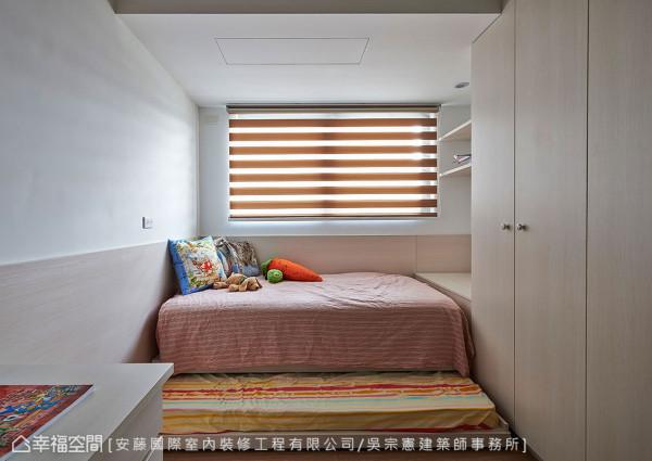 面积较小的房间,利用床尾处柜体的增设,一样能有完善的使用机能
