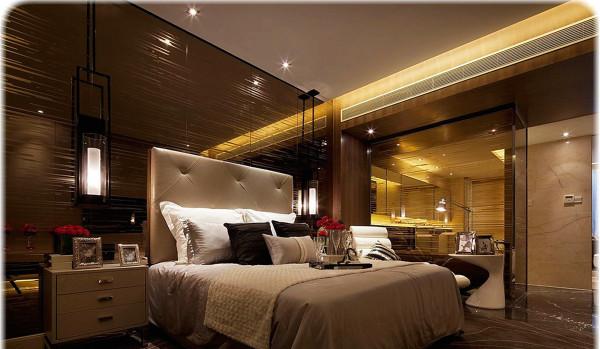 色调、图案应和谐。卧室的色调由两大方面构成,装修时墙面、地面、顶面本身都有各自的颜色,面积很大;后期配饰中窗帘、床罩等也有各自的色彩,并且面积也很大。这两者的色调搭配要和谐,要确定出一个主色调。