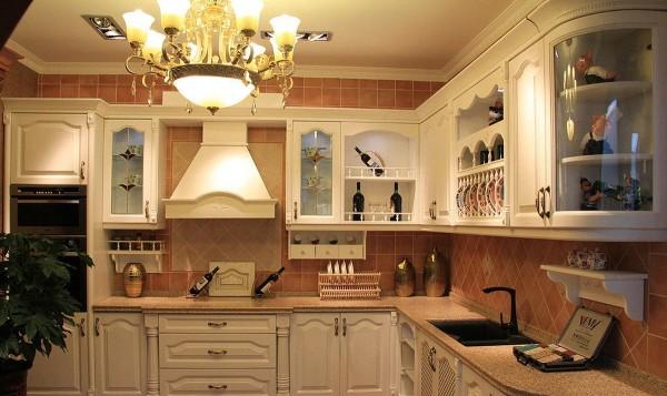 房不仅是烹饪的地方,更是家人交流的空间,休闲的舞台,工艺画、绿植等装饰品开始走进厨房中,而早餐台、吧台等更加成为打造休闲空间的好点子,做饭时可以交流一天的所见所闻,是晚餐前的一道风景。