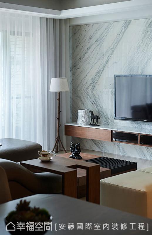 电视墙由屋主指定的雕刻白大理石对花而成
