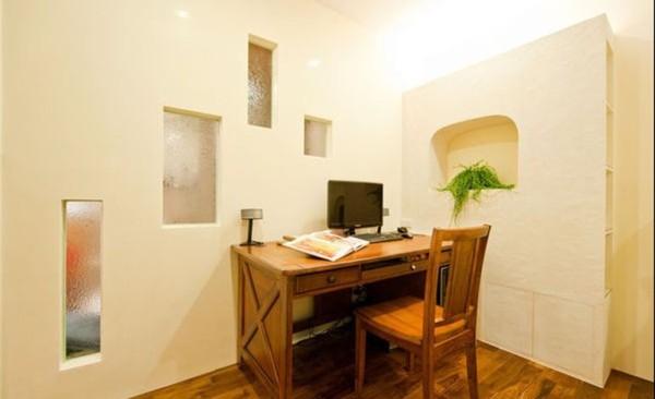 一张桌子,一张椅子,一台电脑,墙面创意的橱窗,是不是很别具一格