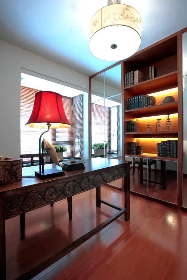 书房:巧妙的利用吧台和玻璃的处理让所有空间延伸,让人们来感受现代生活的方式,特定的家具沙发和特造的布艺使空间浑然一体,自然和蔼,插花的一抹亮丽为我们异域的韵味增添亮丽的激情,似一个展放的舞者