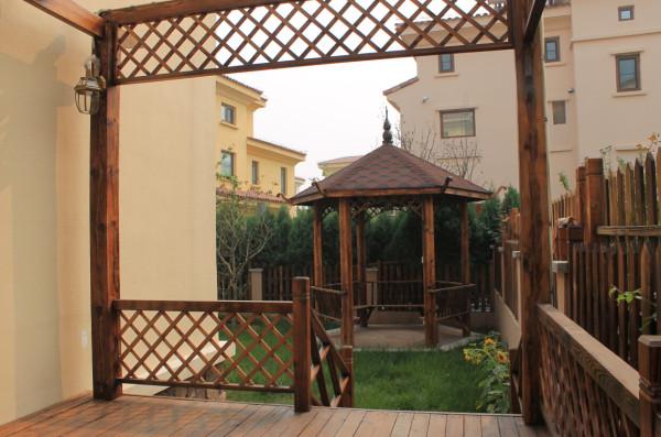 作为别墅的一部分,园林的设计延续了别墅外立面托斯卡纳的风格,用一种相对轻松的风格打造休闲的户外环境。木质的通道与亭台,开满向日葵的园林,带来的不仅仅是舒适,还有阳光与积极向上的心态。