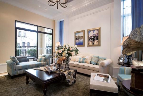 软装的整体搭配,蓝白的靠枕,墙面自然的挂画,每一次都体现了设计师的灵魂所在。