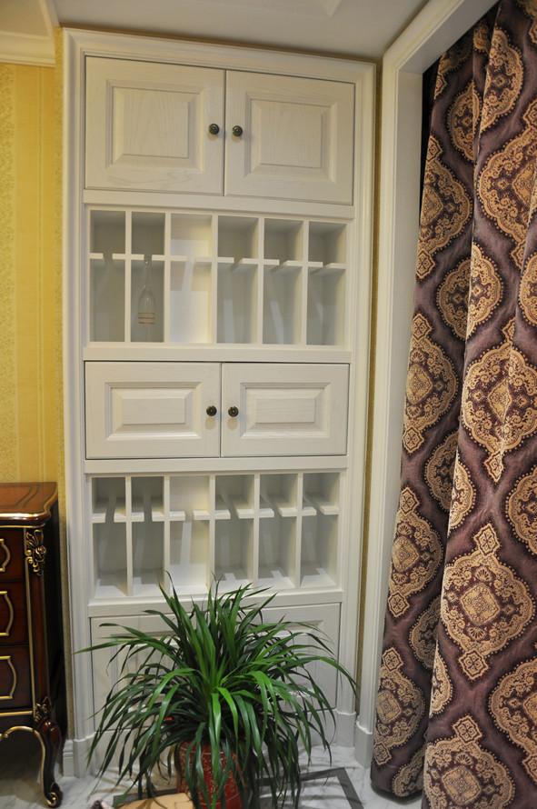 .装饰酒架和储物柜分开设计不仅功能分区明确,而且对称的布局显得大气沉稳……