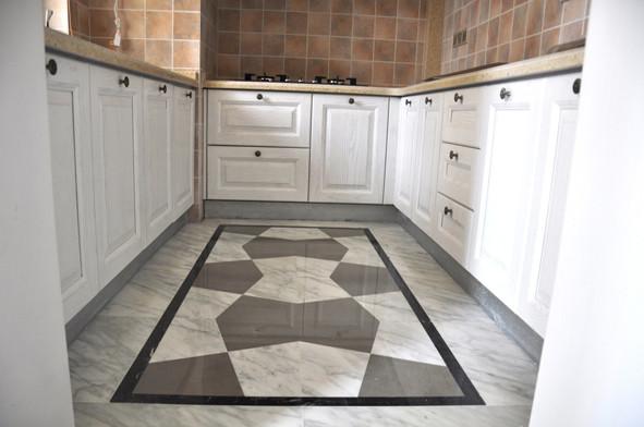 地面配色以浅灰色石材砖为基色,显得空间大气洁净。