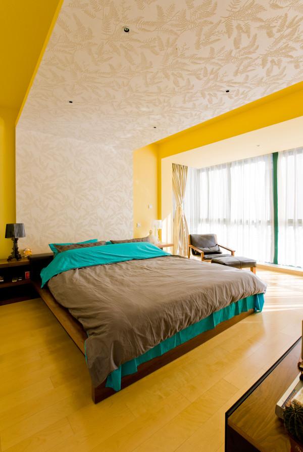 卧室:顶面采用规则的石膏板吊灯和筒灯,床头背景都运用了壁纸等材料。从而营造一个现代化的简单,舒适主卧空间。