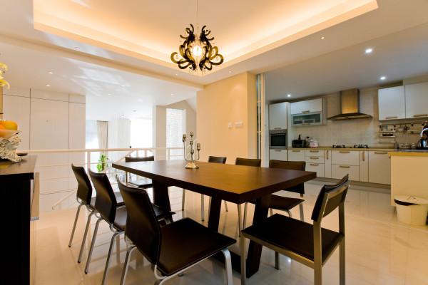 餐厅:环境设计重要的就是就餐环境的营造,实际风格要与整个居室风格一致协调。就餐环境的色彩设置,对人们的就餐心理影响很大。
