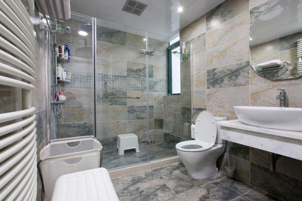 """卫生间:卫生间虽小,但也应讲究协调、规整。洁具""""三大件""""色彩必须选择一致。本案设计的两个卫生间,主卫和客卫都很简洁明了。"""
