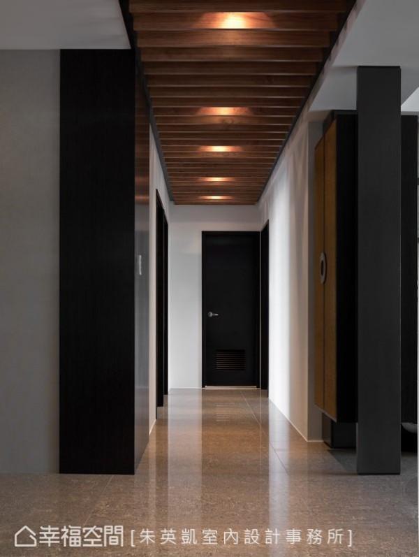 朱英凯设计师认为一般大楼的公领域已提供了公私领域足够缓冲,故而在入门后,仅施做南洋风貌的木格栅天花,串起空间主要动线,往右为客厅,往左为餐厅