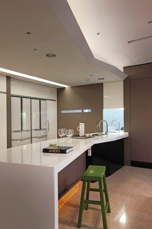 鉴于居家成员单纯,却需有三代同堂、各自独立使用的生活空间,设计师由厨房区延伸出一座大型中岛吧台
