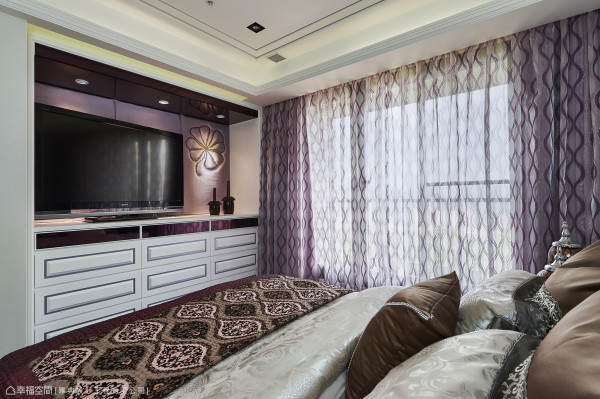 即便有了比卧房还大的两间更衣室,床尾仍规划收纳空间,紫色镜面、绷布的运用呼应女主人期盼的时尚调性。