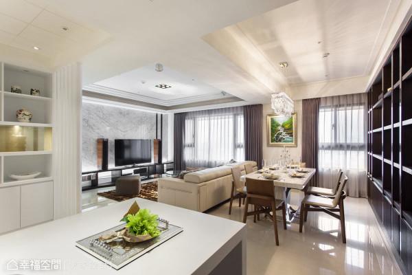 设计师以大框架来划分开阔的场域机能,客厅后方的餐厅桌面就使用大理石,并结合镜面不锈钢的底座,呈现异质材交织之美。