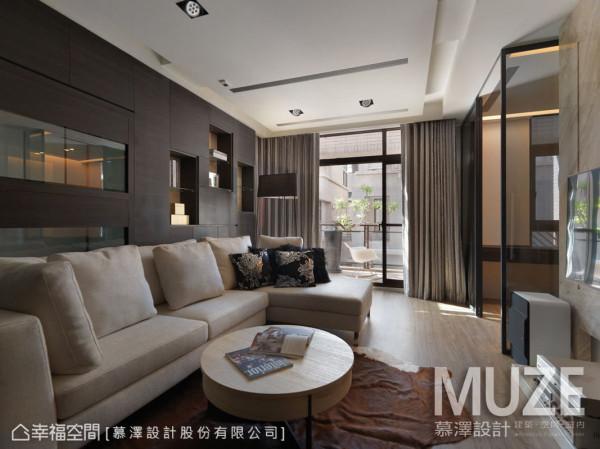 设计师重视每个环节,在起居室的立面墙保留展示柜与鱼缸位置,细腻呈现屋主的兴趣的品味。