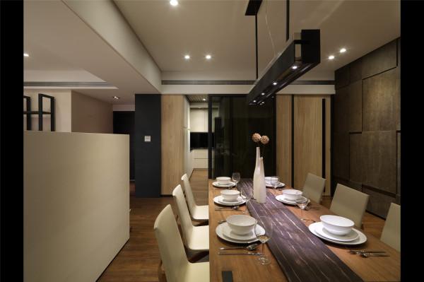 实木的餐桌,搭配白色的椅子,焕然天成