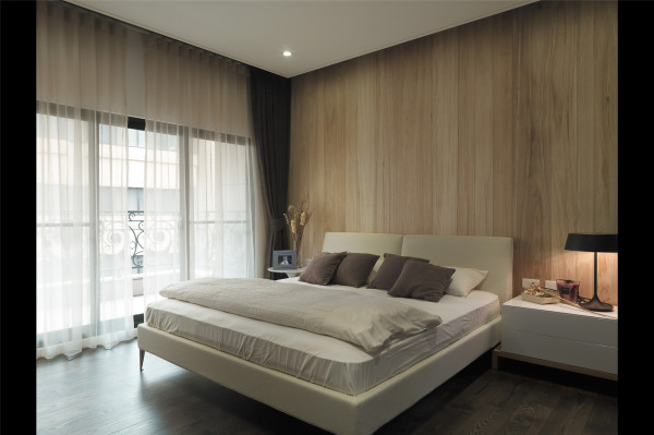 不加修饰的实木背景墙,大大的落地窗,简单舒适