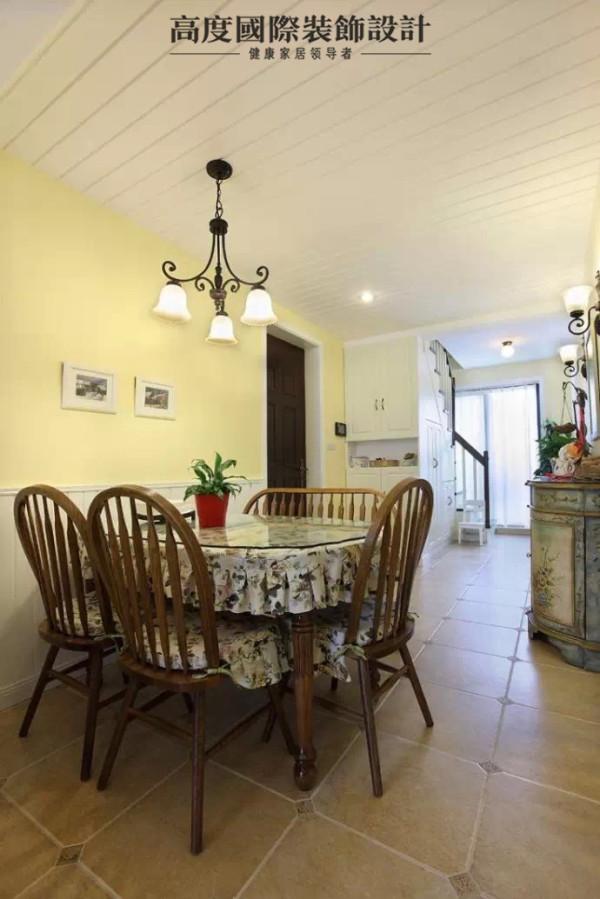 餐厅,淡咖色大地砖搭配咖色的餐桌餐椅,继续主打暖色调。