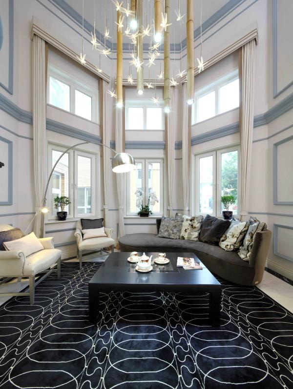 客厅设计师大胆的运用了蓝色,和白色,给您的感觉,舒适,大方,安静与休闲。忙碌一天回到家中总要找到一份温馨与放松。