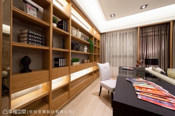 以木质为结构的展示书柜,在光影透射之下,娓娓流露着之内敛知性的醇厚美感。