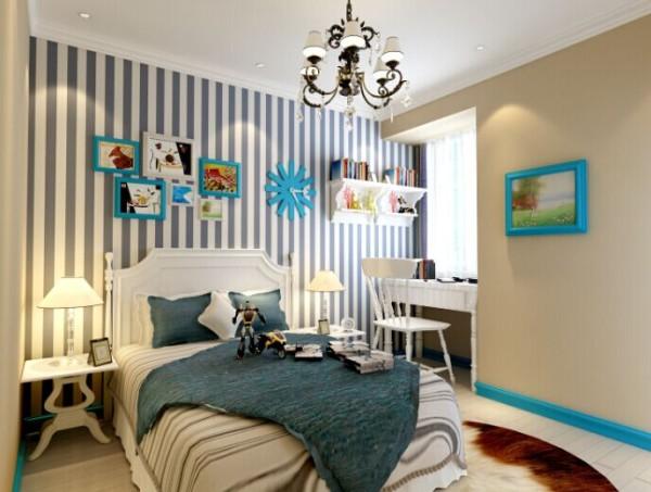 蓝白条壁纸,浅色木地板,书白色书桌,蓝色组合照片。