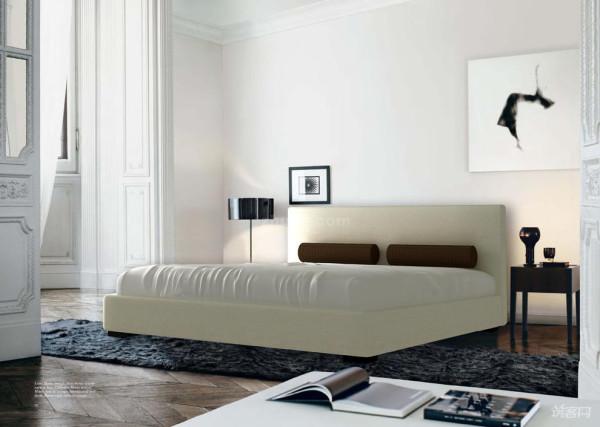 【卧室篇】   卧室空间的设计原则是舒适!纯净的白色墙面,抽象的黑白艺术画,让整个空间显得干净舒适。   软装上采用的是欧式弹力丝的地毯,与洁白的床具形成了对比。