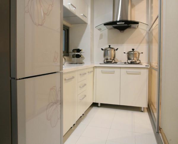厨房我做的是玻璃隔断  很个性 油烟机也很个性