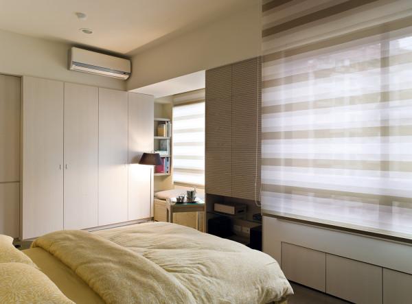 卧室的装修:白色的书柜,舒适的大床,释放一天的辛劳