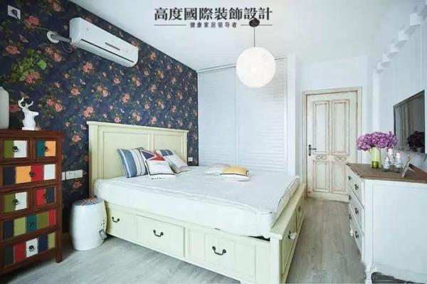 主卧的墙纸选择的很浓厚的色彩,搭配业主买的家具很漂亮。业主买的斗柜的色调非常的漂亮,给这个房间增添了色彩。